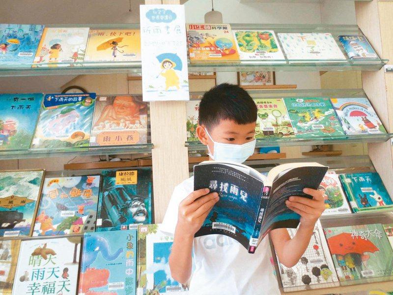 苗栗縣三灣鄉立圖書館昨天在世界閱讀日推出「祈雨書展」,當地的永和山水庫目前水位持續創新低。圖/謝淑貞提供