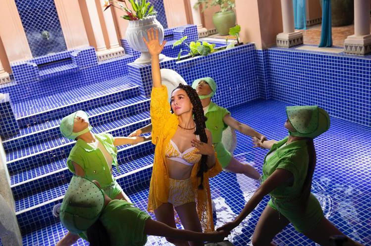 蔡依林搶先穿上預計5月才上市的FENDI Vertigo系列蕾絲透視洋裝、泳裝。...