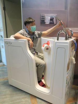 開門式無障礙浴缸體貼長輩沐浴安全,享受泡澡時光。記者廖靜清/攝影