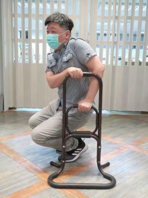 三段式輕鬆起身扶手提供各種高度的握緊支撐,多了強而有力的依靠。記者廖靜清/攝影