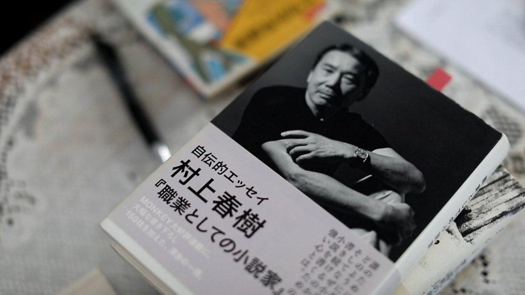 村上春樹在三十三歲決定認真寫小說時,便開始跑步,幾乎每天早上慢跑十公里,即使住在...