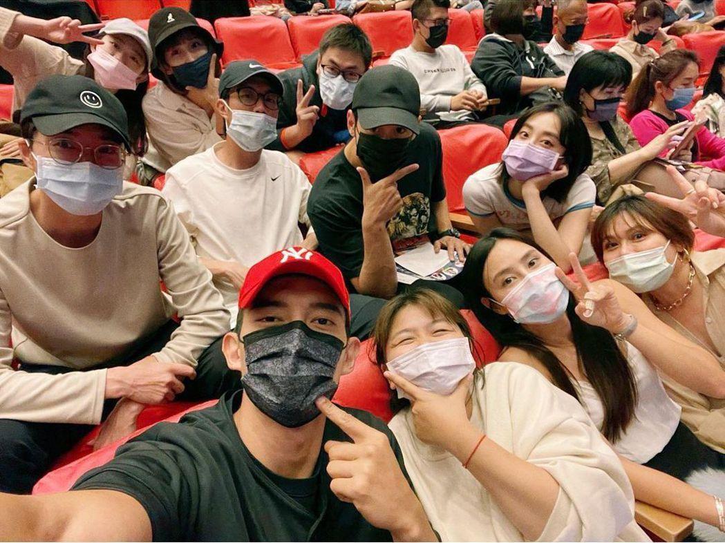 王家梁曝光紅隊力挺范逸臣音樂劇的照片,才爆出訴請離婚消息的江宏傑(左一)也一起入