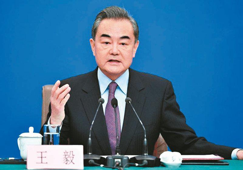 王毅表示,臺灣問題是中美關係中最重要、最敏感的問題。打「台灣牌」十分危險,是在「玩火」。中新社
