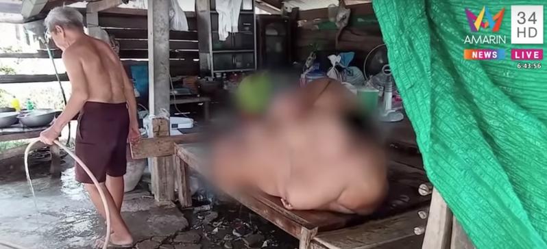 泰國13歲男童因飲食過度,體重飆破200公斤。圖擷自Youtube