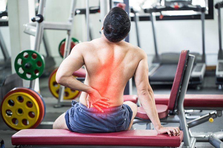 腰椎牽引治療並非人人都能做,不當使用甚至會有中風危機!圖/ingimage