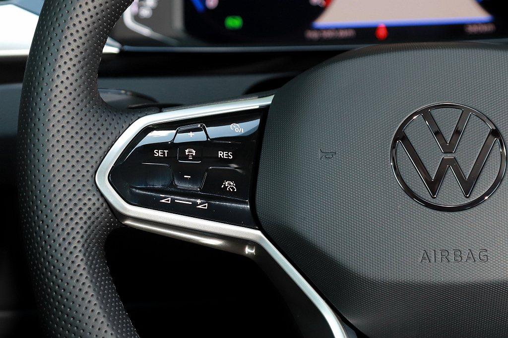 Travel Assist智慧車陣穿梭系統能透過多功能方向盤上的單一按鍵,同步開...