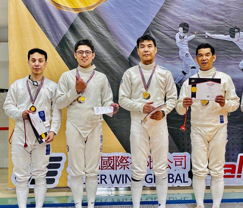 擊劍長青組頒獎,台北市擊劍協會王理事長(右起第1位)。 讀者提供