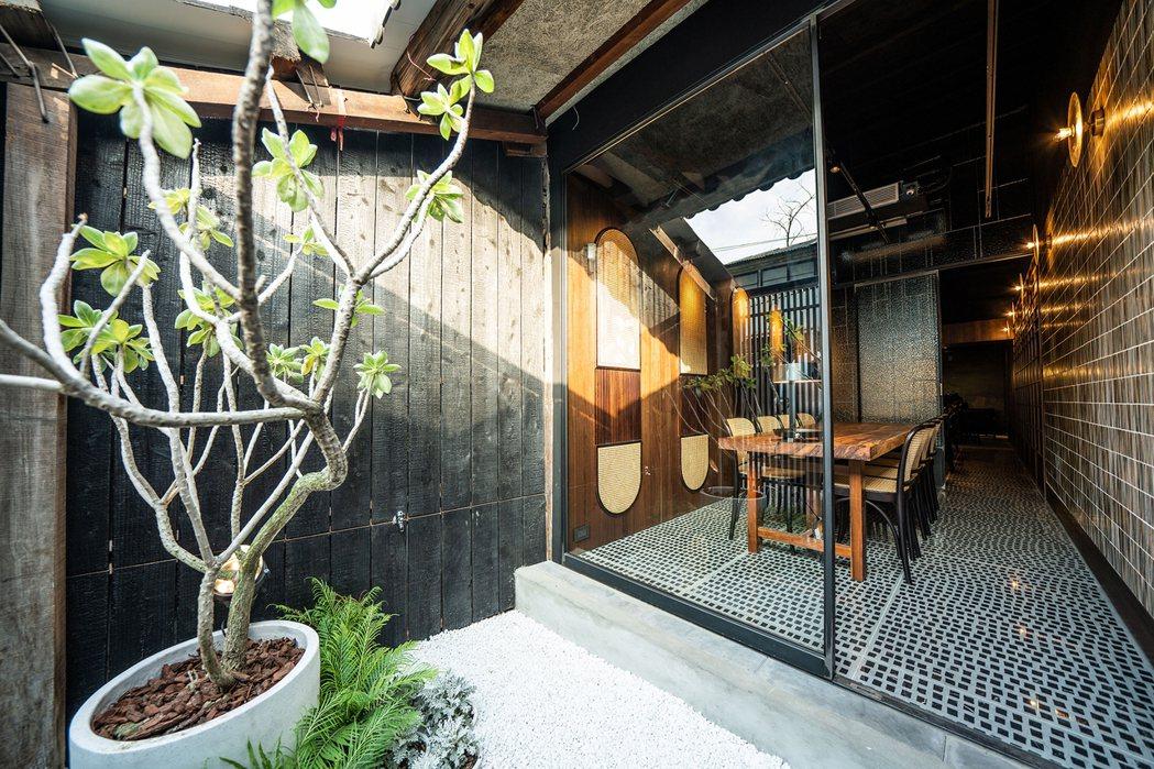 由本事空間製作所改造用餐區與後方日式庭院,戶外木材以日本「燒杉」工法處理,提升耐...