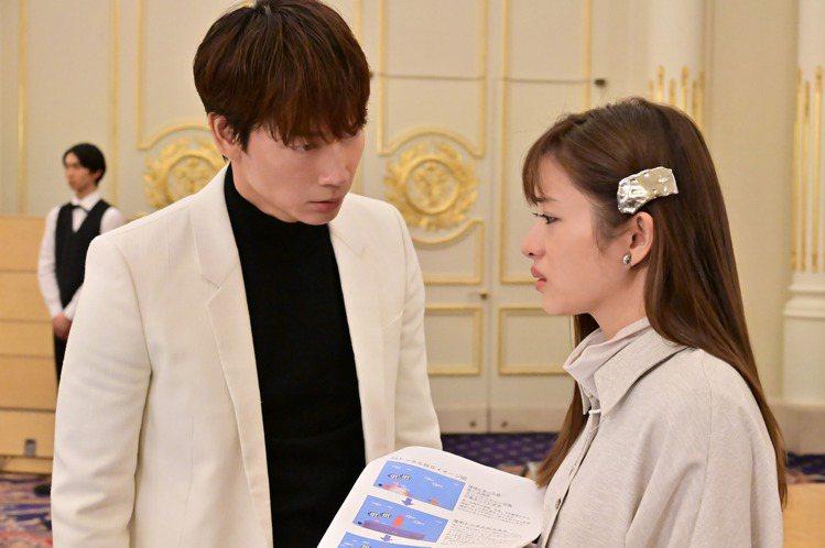 石原聰美(右)與綾野剛主演日劇「深深地戀愛」。圖/friDay影音提供