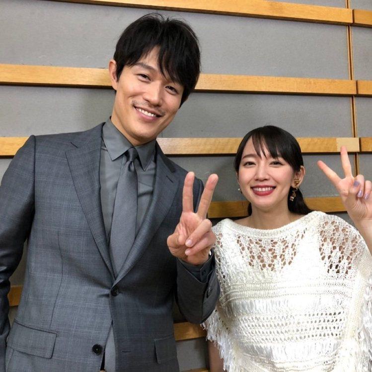 鈴木亮平與吉岡里帆主演《戀愛漫畫家》。圖/擷自IG