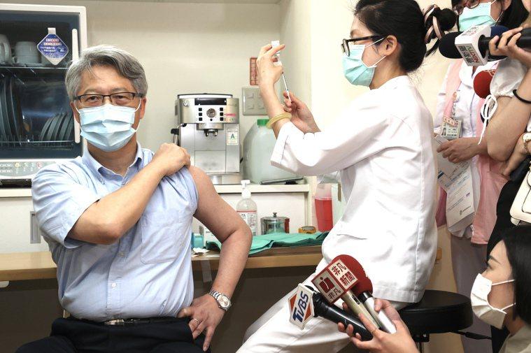 圖為台灣中央研究院院長廖俊智昨接種AZ疫苗,他表示打完照常回去上班,週休時可以休...