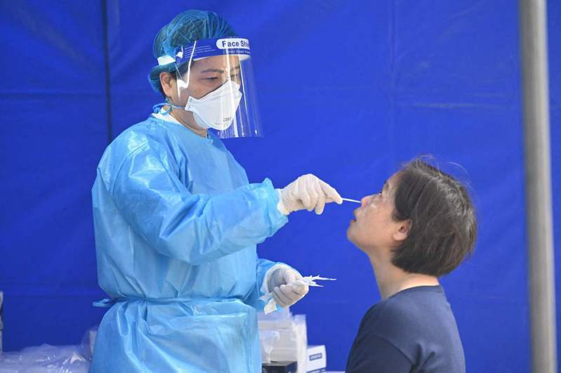 據報導,香港展開COVID-19疫苗接種近2個月,迄今施打超過120萬劑,但累計已有22人死亡。近日再有一名醫師接種疫苗2天後腦出血,目前情況嚴重。 法新社