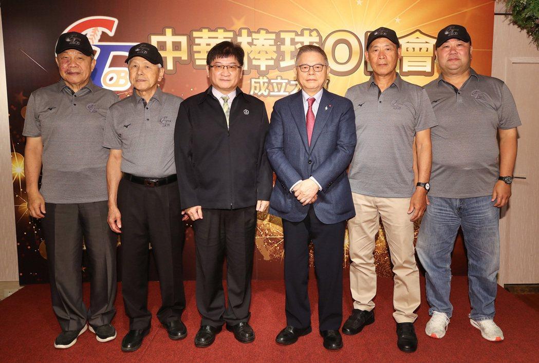 「中華棒球OB會」24日在台北舉辦成立大會,體育署副署長洪志昌(左3)、亞洲棒球