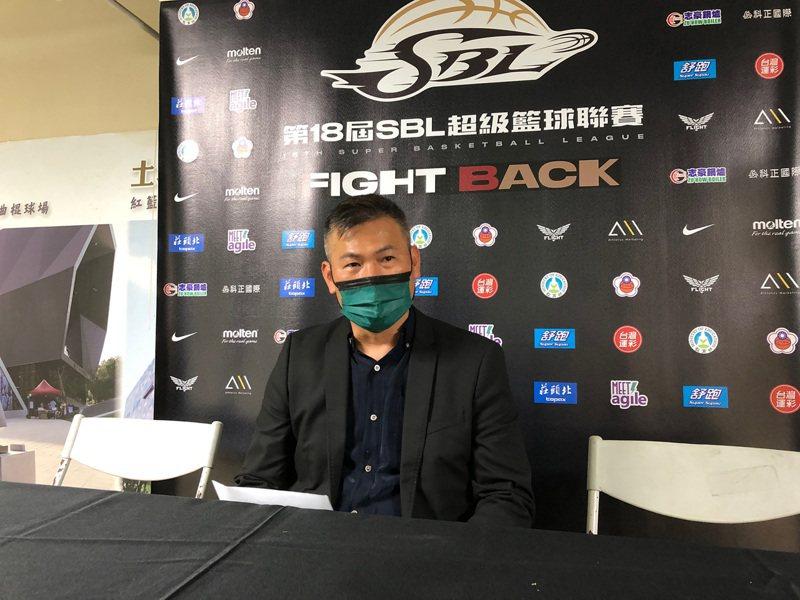 距離超級籃球聯賽(SBL)季後賽首輪開打僅剩一週,台灣啤酒總教練周俊三(圖)24日表示,仍希望蔣淯安能打季後賽,但還需觀察未來一週訓練與傷勢狀況。中央社