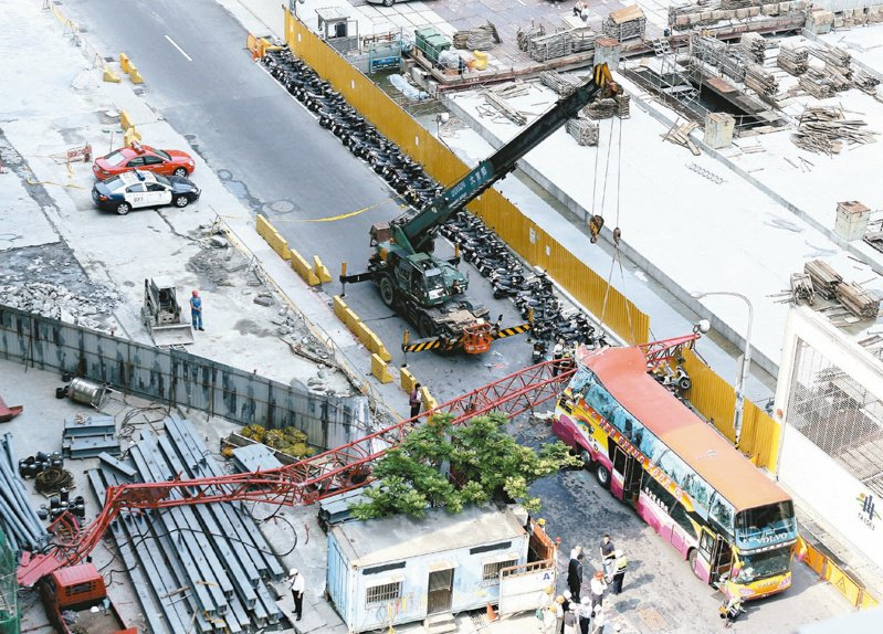 一輛載著25名大陸遊客的遊覽車,經過台北市信義計畫區市府轉運站工地時,被從31樓墜落的起重機吊桿砸中車尾,造成遊客死傷的慘劇。圖/聯合報系資料照片