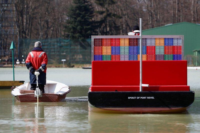 法國勒韋港訓練設施教練布拉吉(Philippe Boulanger)正指導學員駕駛超級貨輪比例模型船通過迷你版蘇伊士運河水道。路透