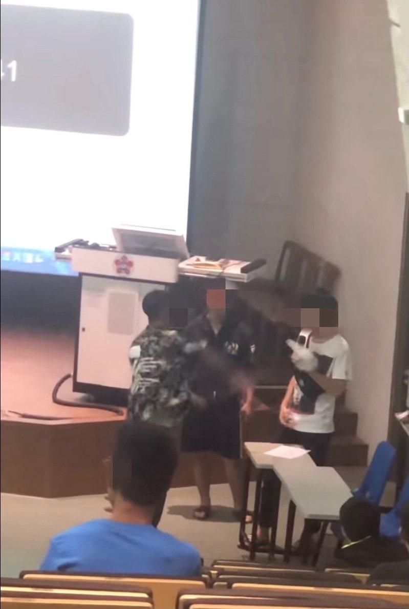成功大學學生在YOUTUBE上傳一段標題為「成大學生考卷太難不爽寫直接丟助教還國罵」的影片。圖/翻攝自YOUTUBE