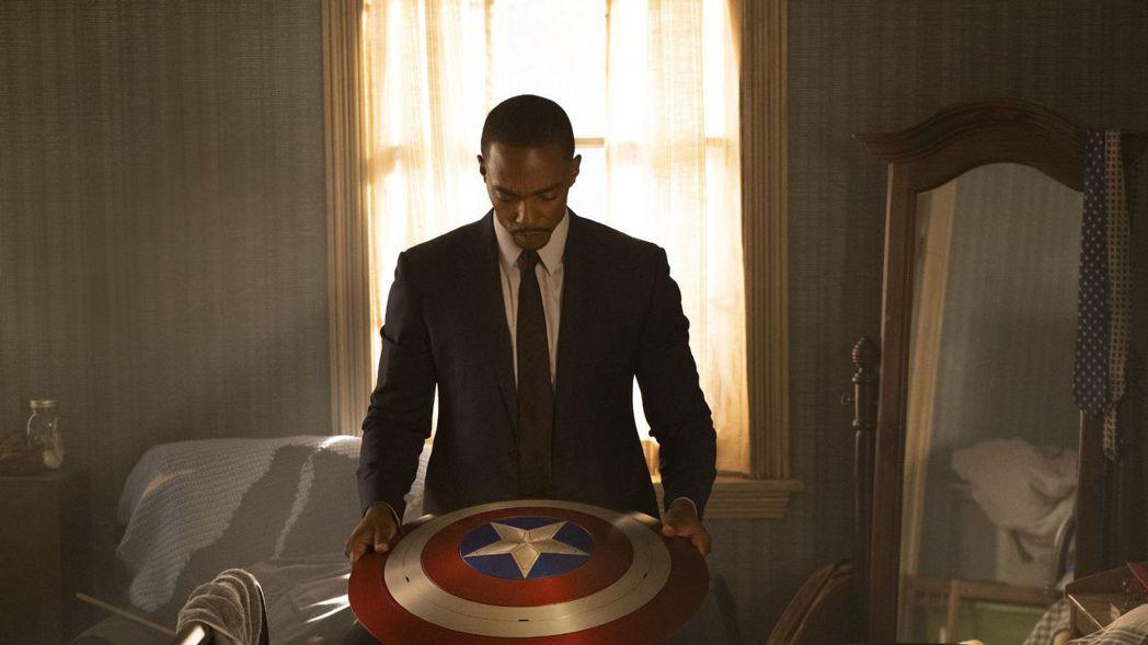 安東尼麥奇飾演的「獵鷹」山姆,已經被傳承美國隊長的盾牌。圖/摘自imdb