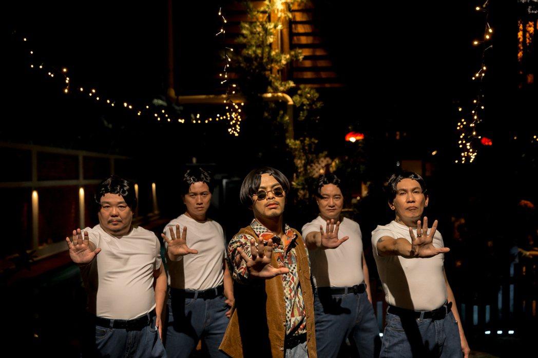 黃明志(中)破天荒獻出舞技。圖/亞洲通文創提供