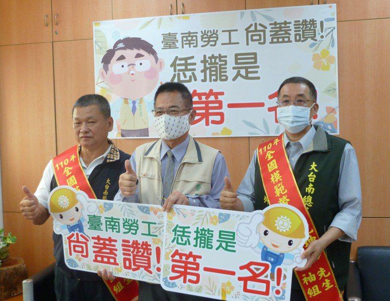台南市全國模範勞工沈坤海(右)和郭丙火(左),中為勞工局長王鑫基。圖/勞工局提供