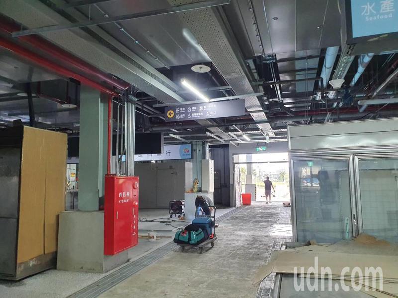 民眾抱怨,桃園新永和市場內部還在裝修就營運,施工工程有粉塵觀感不佳,批評是「工地市場」。記者陳夢茹/攝影