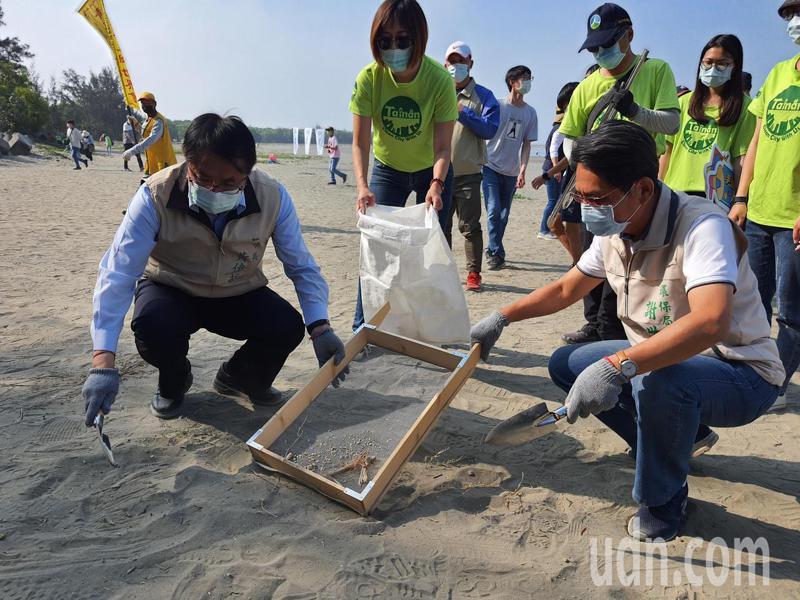 台南市環保局今天在安平漁光島舉辦淨灘活動,市長黃偉哲與局長謝世傑一起淨灘。記者鄭惠仁/攝影