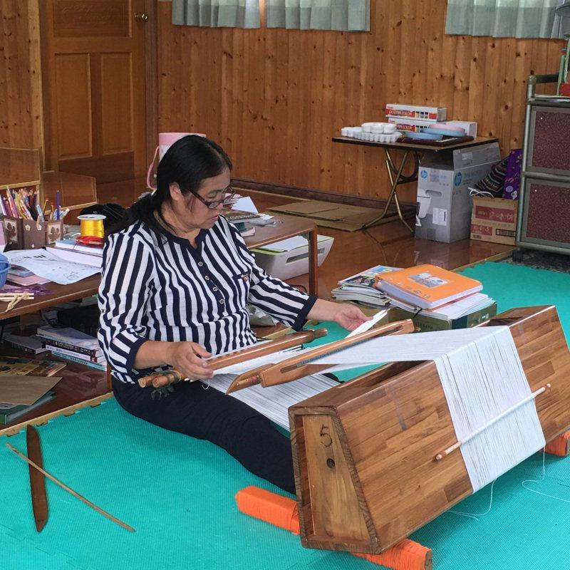 賽德克傳統文化藝術團團員學習傳統織布,手織以後演出服飾。圖/南投縣文化局提供