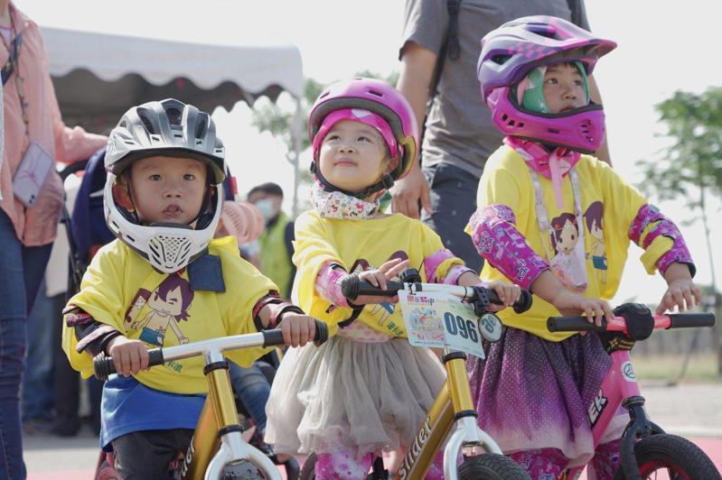 西拉雅小鐵人趣味競賽,今天在官田遊客中心登場,報名相當踴躍。圖/西拉雅風管處提供