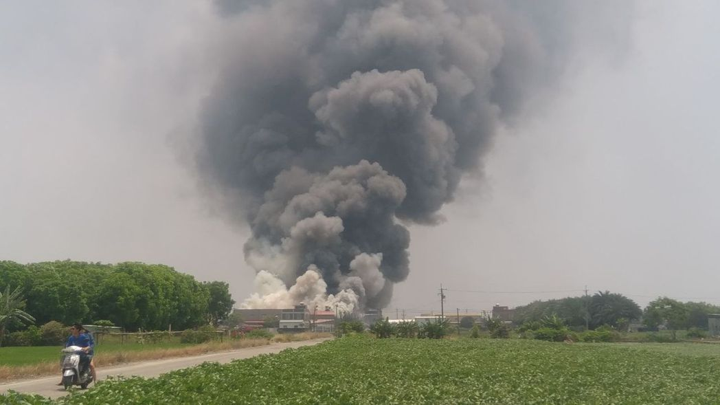 嘉義縣唯一口罩國家隊朴子市昭惠公司,位在德興里舊廠房近中午發生火警,所幸工廠休息...