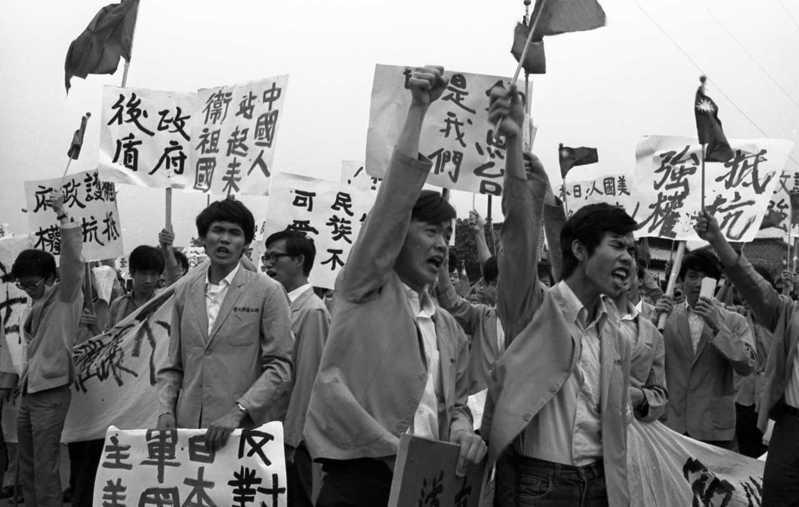 1970年8月美國決定把琉球群島歸還日本,其中包括釣魚台列嶼,引發海外保釣運動,隔年傳回台灣,圖為6月17日台大學發起的抗議示威遊行。圖/聯合報系資料照片