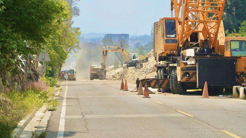 金湖鎮太湖路道路拓寬改善工程,當中牽涉到岩盤爆破,為安全考量道路封閉,廠商目前持續進行相關工程。圖/金湖鎮公所提供