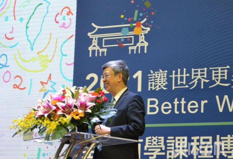 前副總統陳建仁(右三)今天到台南參加全台首學課程博覽會,以「立足台灣放眼天下」為...