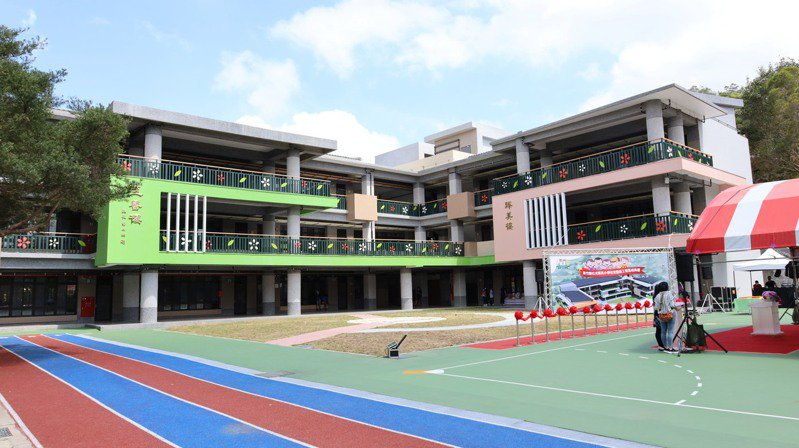 石光國小新校舍啟用,外觀採用活潑的顏色,建築更採三合院式布局環繞運動場。圖/縣府提供