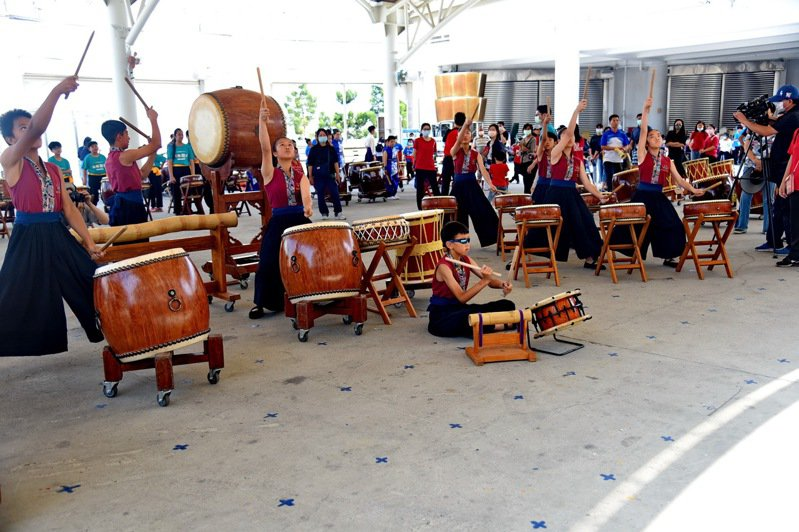 華光盃民俗體育競賽在草屯鎮雷藏寺登場,戰鼓表演震撼觀眾。圖/南投縣政府提供
