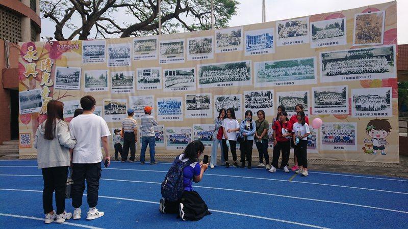 永興國小製作百年老照片回顧時光牆,許多校友拍照留念。記者簡慧珍/攝影