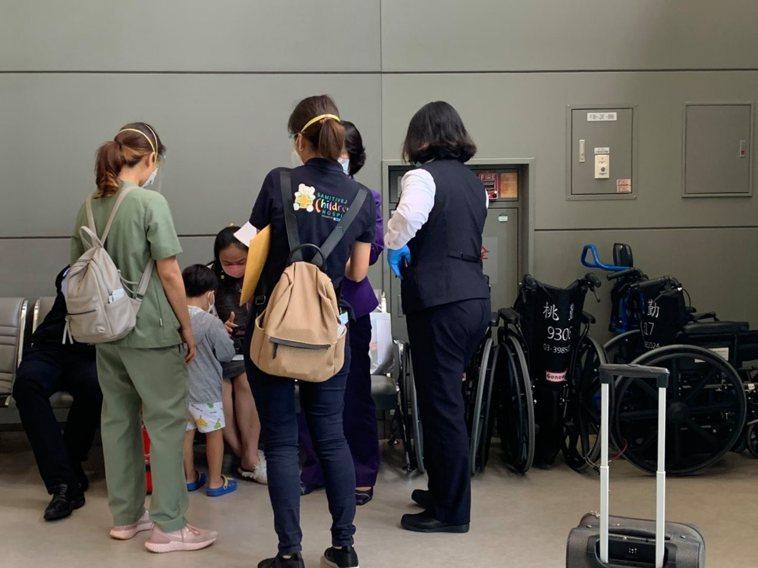住泰國曼谷台商的兒子「本丸」昨天在媽媽和專業醫療團隊的幫助下回到台灣接受治療。圖...