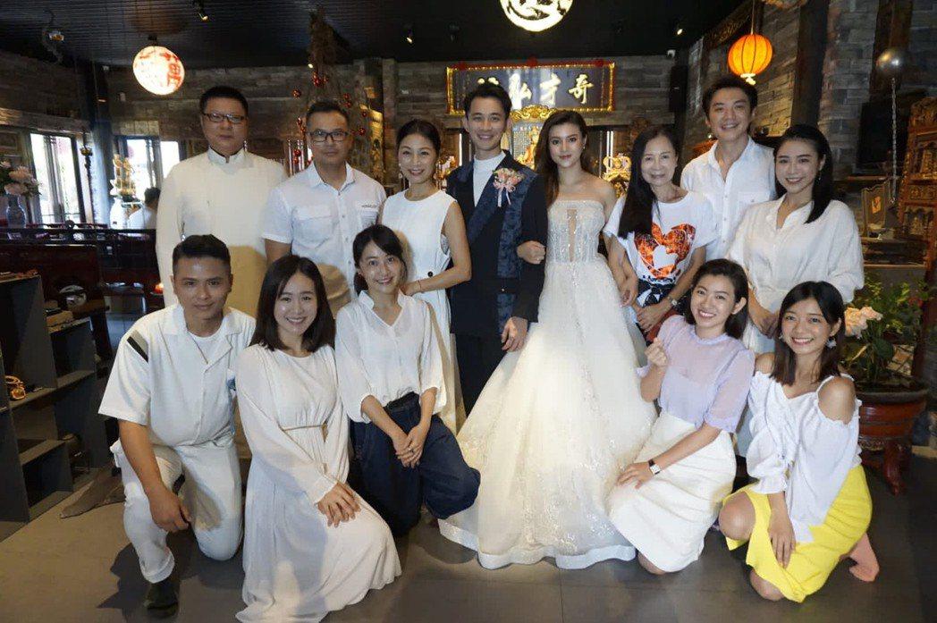 曾子益(中)及香港籍太太Jackie完成婚禮。圖/傳軒媒體提供