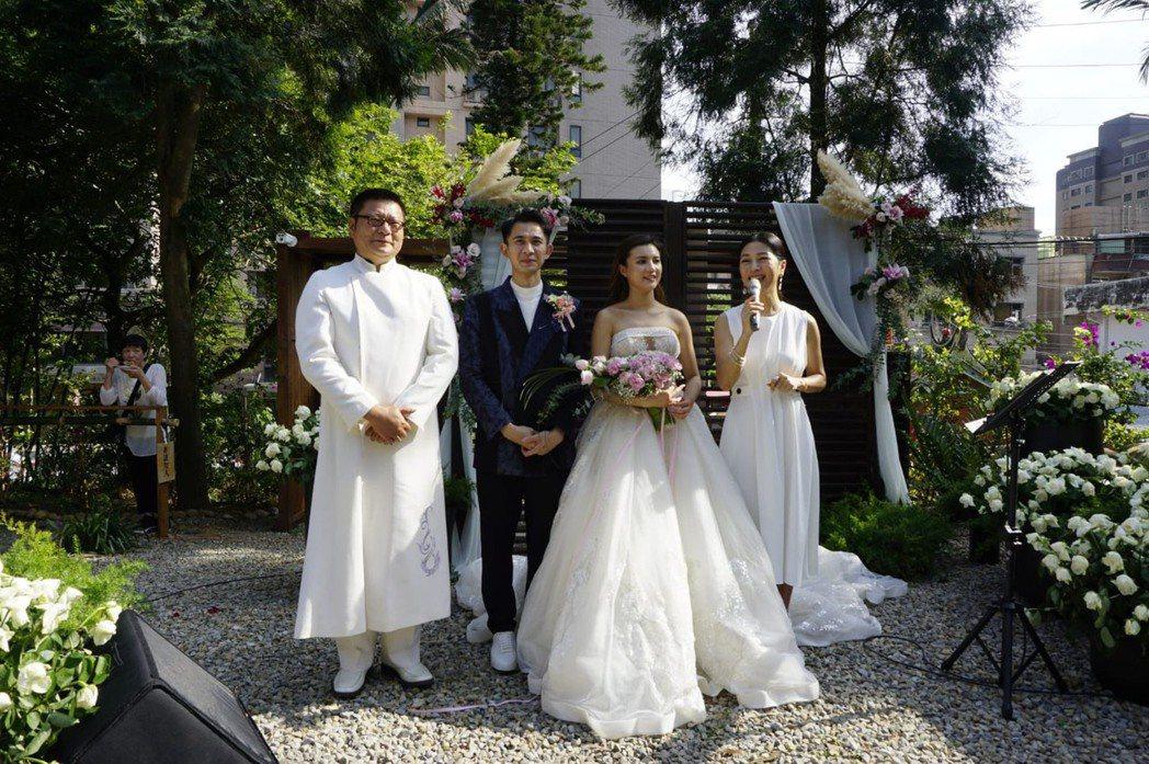 曾子益(左二)及香港籍太太Jackie完成婚禮。圖/傳軒媒體提供