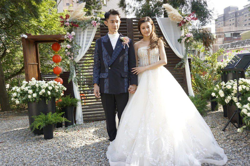 曾子益(左)及香港籍太太Jackie完成婚禮。圖/傳軒媒體提供