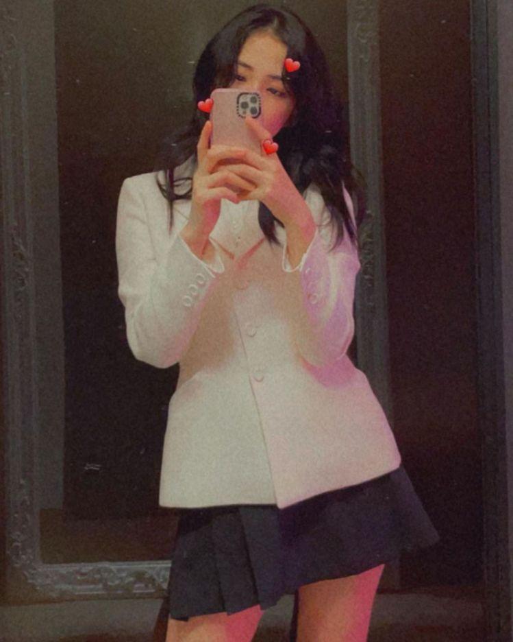 DIOR品牌大使BLACKPINK成員Jisoo詮釋經典Bar Jacket。圖...