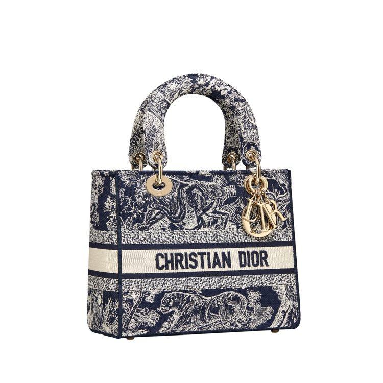 Lady D-Lite藍色翻轉法式印花刺繡帆布中型提包,14萬5,000元。圖/...