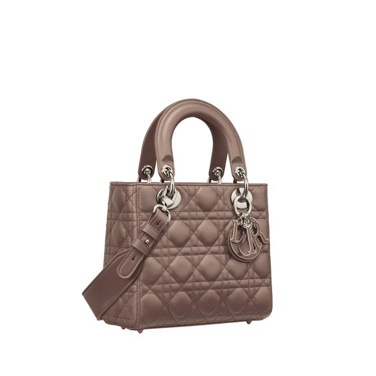 My ABCDior暖褐色籐格紋小羊皮中型提包與琺瑯吊飾,14萬5,000元。圖...