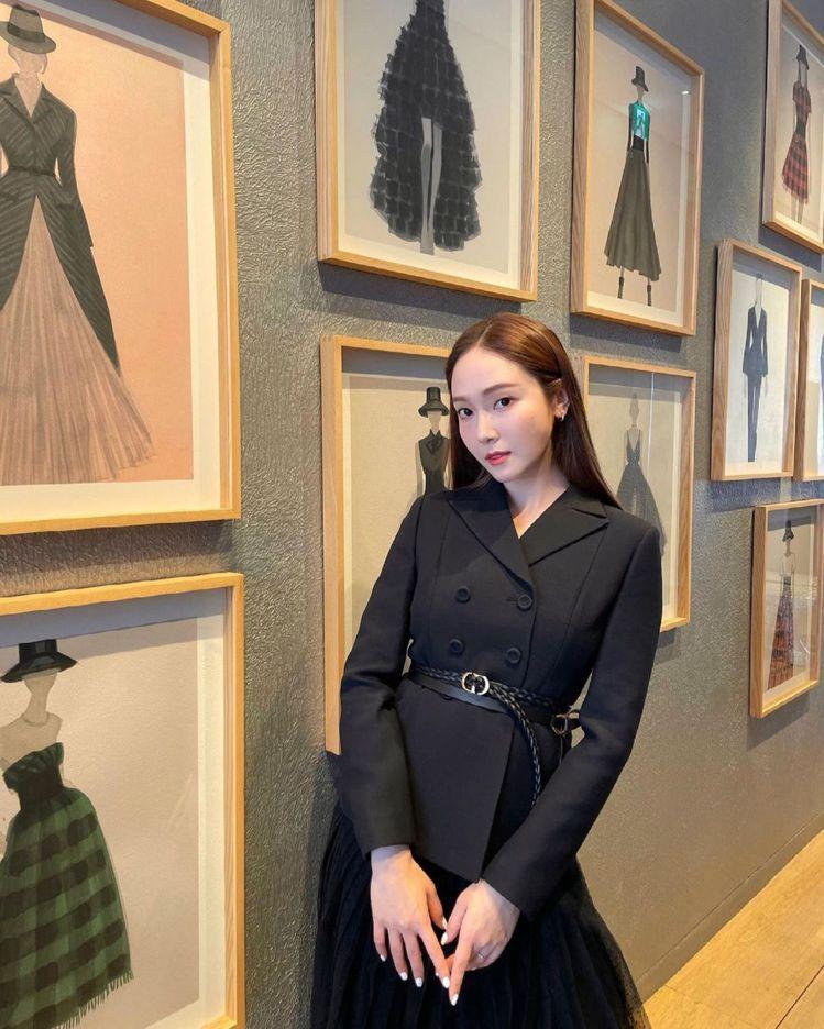 韓星Jessica以甜美風格詮釋DIOR經典Bar Jacket。圖/取自IG