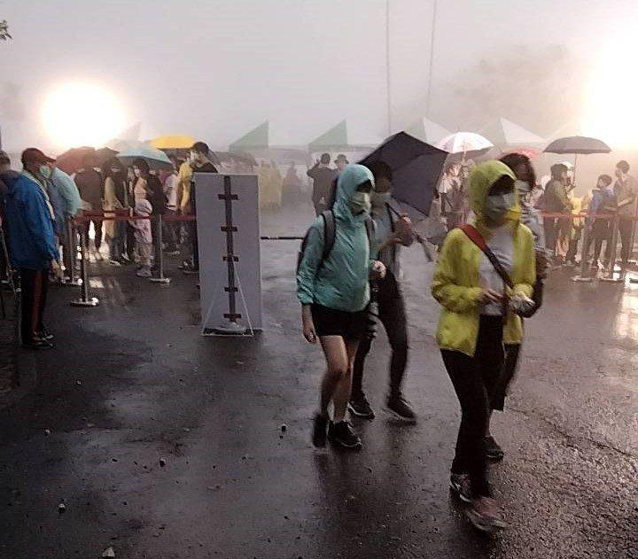 台南梅嶺賞螢季下午登場,遇上下大雨,人潮仍不散。圖/讀者提供