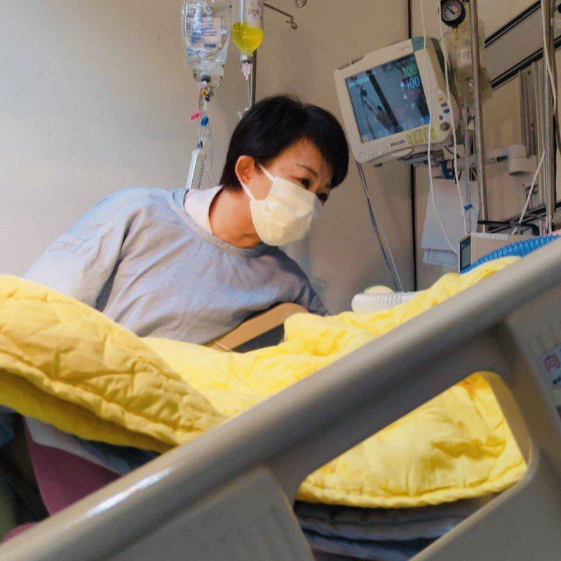 台中市長盧秀燕今日至醫院探視黃姓男童,在男童耳邊為他加油打氣,「你很勇敢,我們為你加油」,盼男童早日康復。圖/台中市政府提供