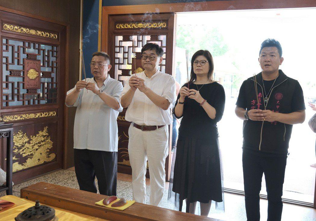 製作人黎竹平、華視莊豐嘉總經理、高雄市文化局長王文翠(左一至三),為《神將少女八
