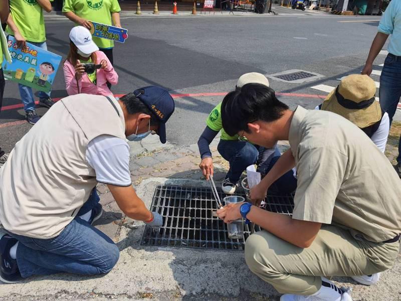 台南一中、家齊高中學生倡議撿拾菸蒂,成為全市活動,今天1個小時內撿了12萬5千根。記者鄭惠仁/攝影