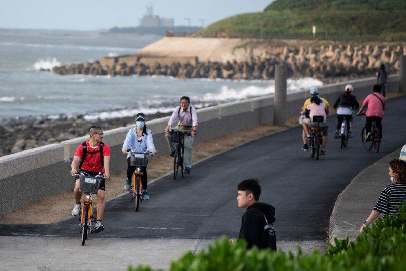 新竹市政府今天在17公里自行車道舉辦單車活動,吸引大小車友參與,市長林智堅也到場同樂。圖/新竹市政府提供
