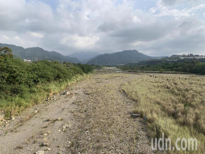 原本尚有溪水行走的河道,近日已幾乎斷流,不見溪水。記者巫鴻瑋/攝影