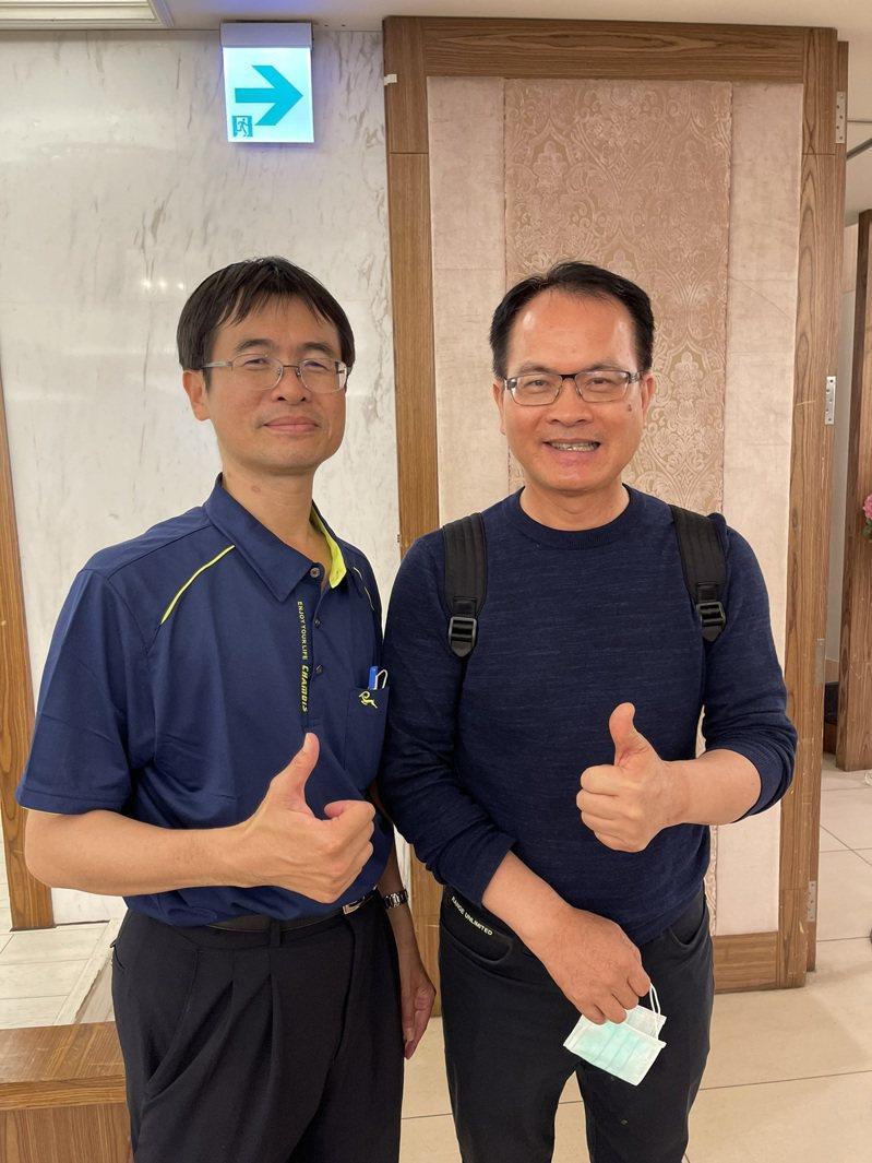 蘭潭國中校長莊裕庭(左)感謝鄭弘儀(右)捐獎學金幫助學校。記者卜敏正/翻攝